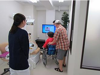 ベビーカーでも車椅子でもそのまま診療室へ。広々とした個室・半個室で安心の治療を!